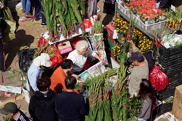 chinese new year: hong kong flower market vendor selling bouquets - kowloon stock-fotos und bilder