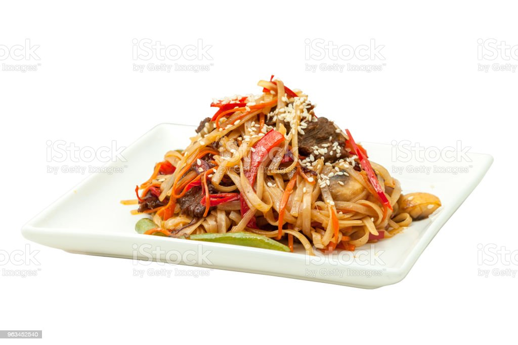 Chinese noodles with beef and vegetables - Zbiór zdjęć royalty-free (Cebula)