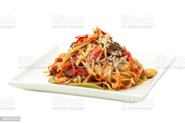 Chiński Makaron Z Wołowiną I Warzywami - zdjęcia stockowe i więcej obrazów Cebula