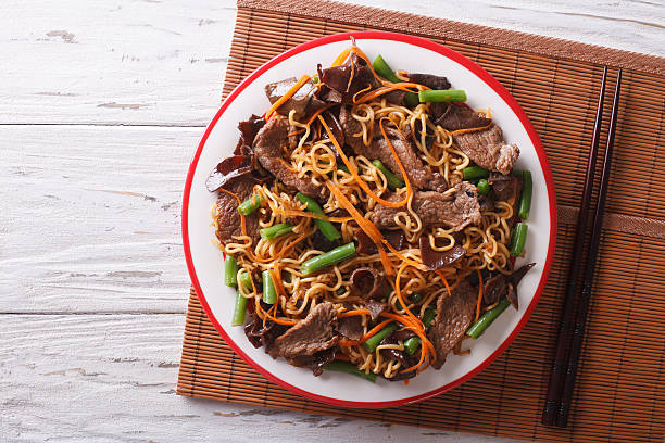 chinese noodles with beef, muer and vegetables. horizontal top view - macarrão imagens e fotografias de stock
