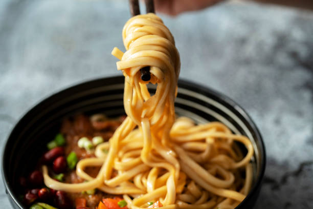chinese noodles with braised pork chop - macarrão imagens e fotografias de stock