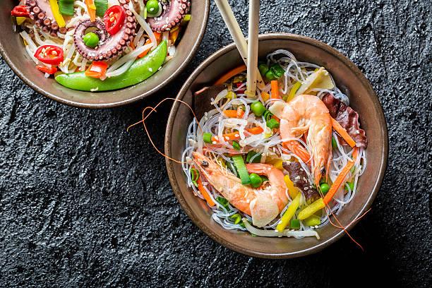 中華麺、野菜とシーフード - タイ料理 ストックフォトと画像