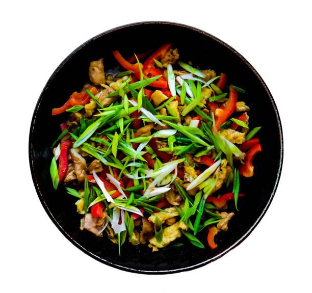 Wok de nouilles chinoises isolé sur fond blanc - Photo
