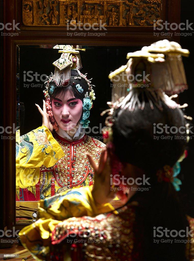 Chinese opera character looking in mirror (Yu Ji) royaltyfri bildbanksbilder