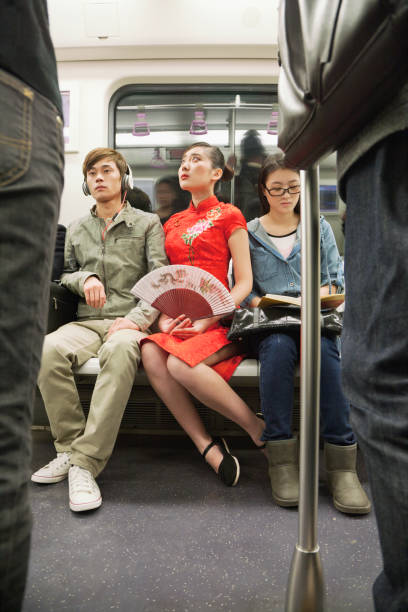 chinesen fahren u-bahn - festzugskleidung stock-fotos und bilder