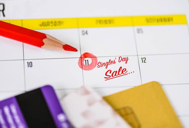 11.11 chinesisch single tag verkauf konzept auf kalender mit kreditkarten. - chinesischer kalender stock-fotos und bilder