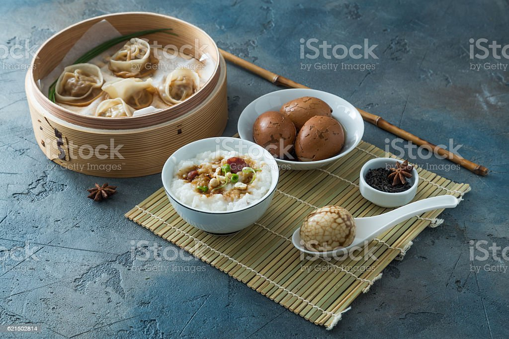 Chinese Streamed Dumpling with tea eggs and porrige Lizenzfreies stock-foto