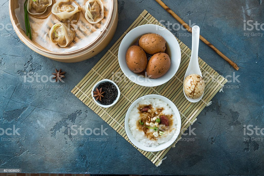 Chinese Streamed Dumpling with tea eggs and porrige photo libre de droits