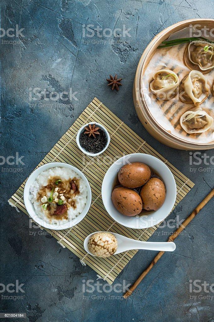 Chinese Streamed Dumpling with tea eggs and porrige Lizenzfreies stock-foto
