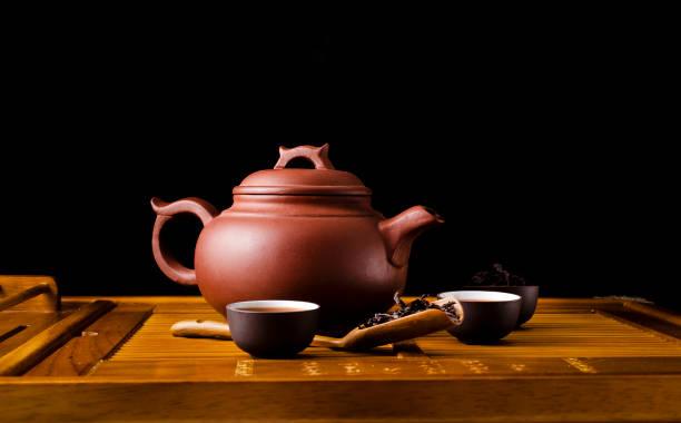 chinesische tee-zeremonie. - keramikteekannen stock-fotos und bilder