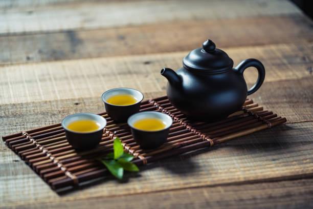 chinesische teezeremonie - keramikteekannen stock-fotos und bilder