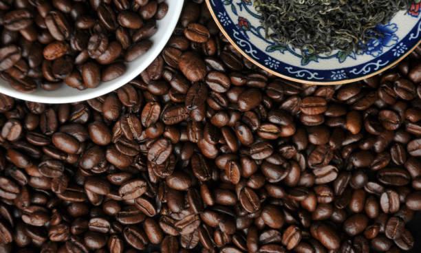 chinesische tee-set und kaffeebohnen - grüner tee koffein stock-fotos und bilder
