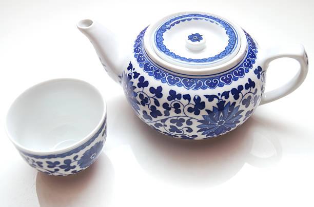 chinesische teekanne aus weißem hintergrund - keramikteekannen stock-fotos und bilder