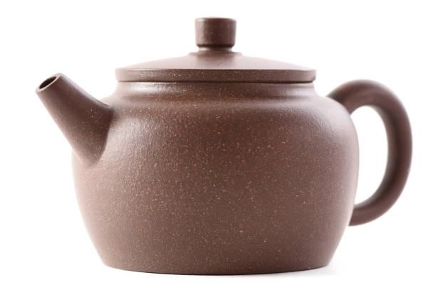 chinesische teegeschirr. braunen ton teekanne isoliert auf weißem hintergrund-seitenansicht - keramikteekannen stock-fotos und bilder