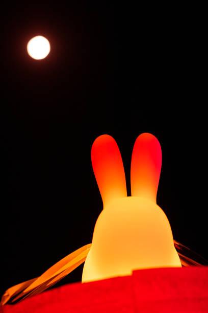 中国の伝統的な中秋祭りとウサギの提灯の装飾。月ウサギ - 月見 ストックフォトと画像