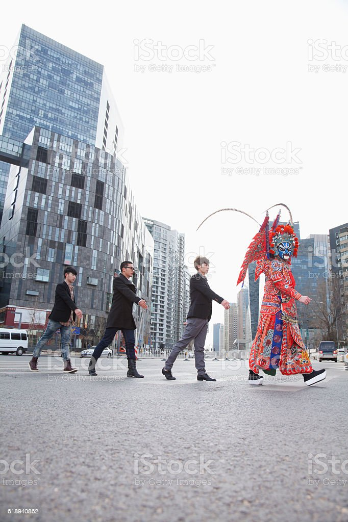 Chinese traditional opera singer crossing street in city - foto de acervo