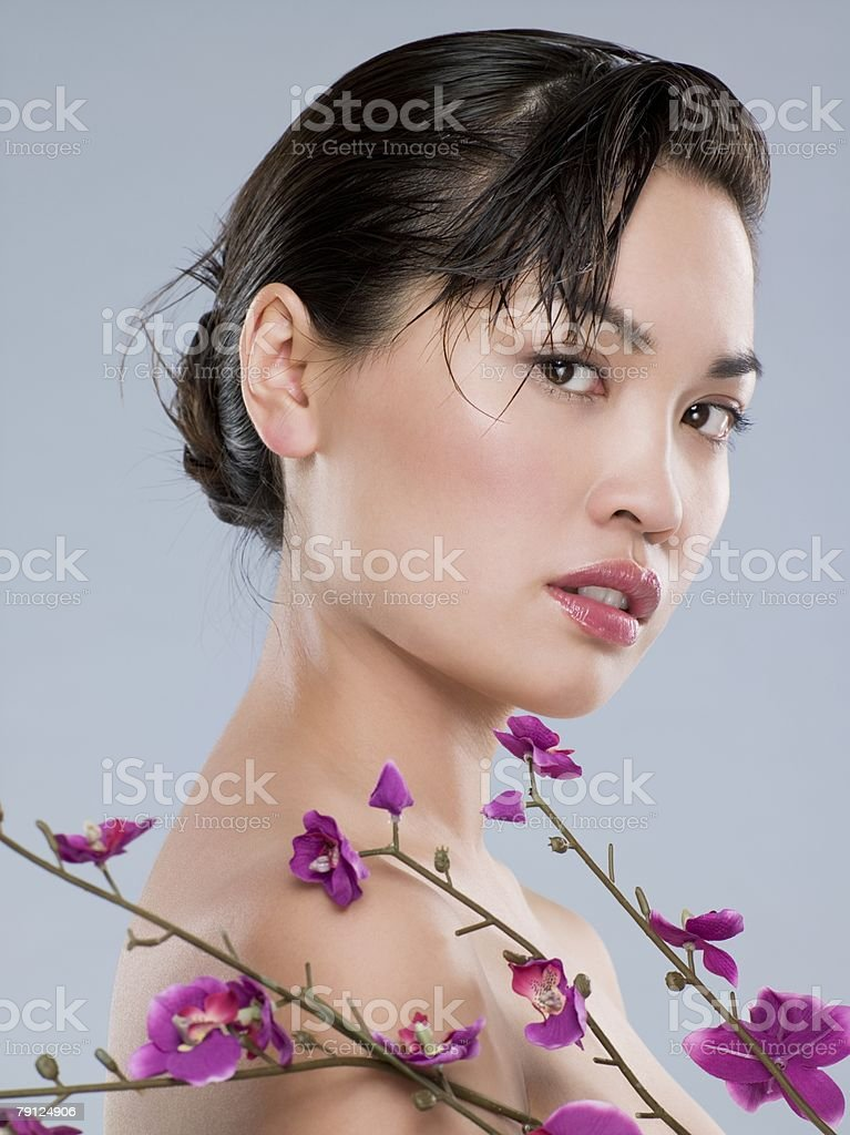 Chinese woman with purple flowers 免版稅 stock photo