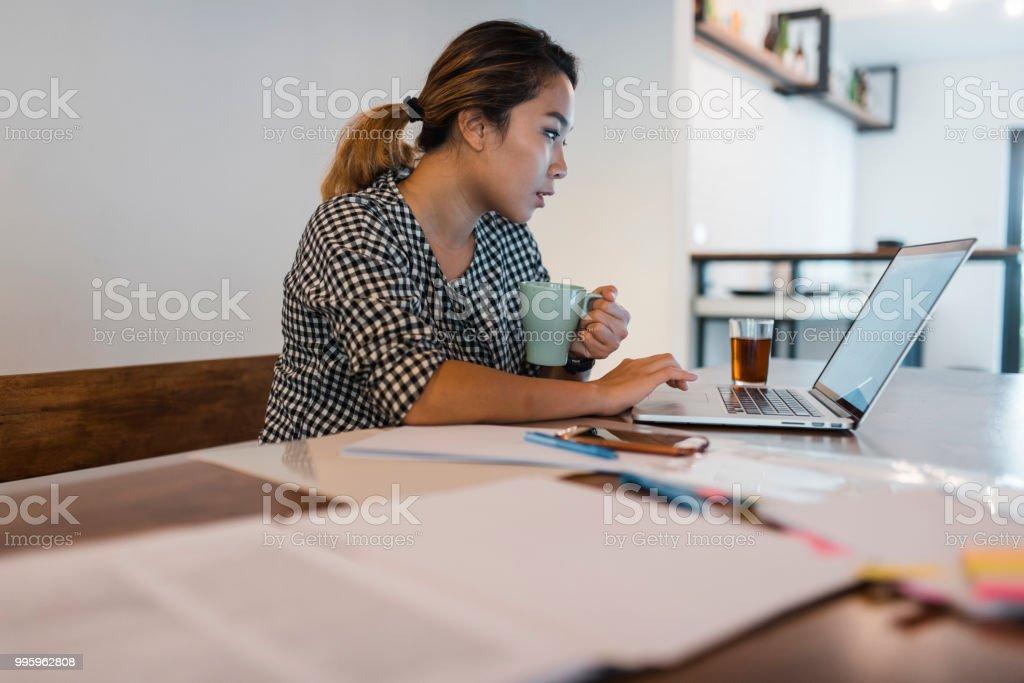 Chinesische Frau zu Hause arbeiten und Kaffee trinken – Foto