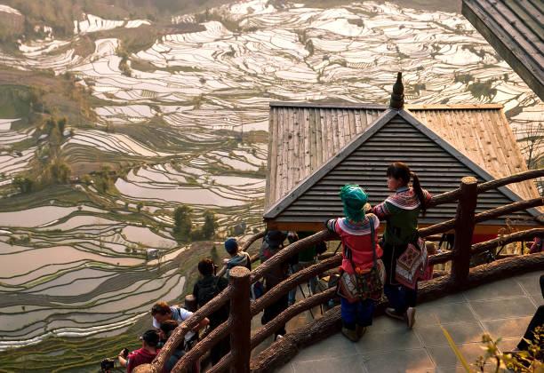 중국 여성 민족 국가 의상 소수 관찰 유쾌한 일몰 - 쿤밍 뉴스 사진 이미지