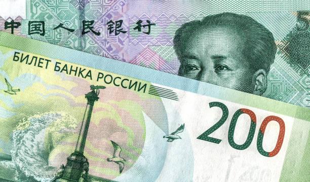 Chinesische Yuan-Banknote und russischer Rubel – Foto