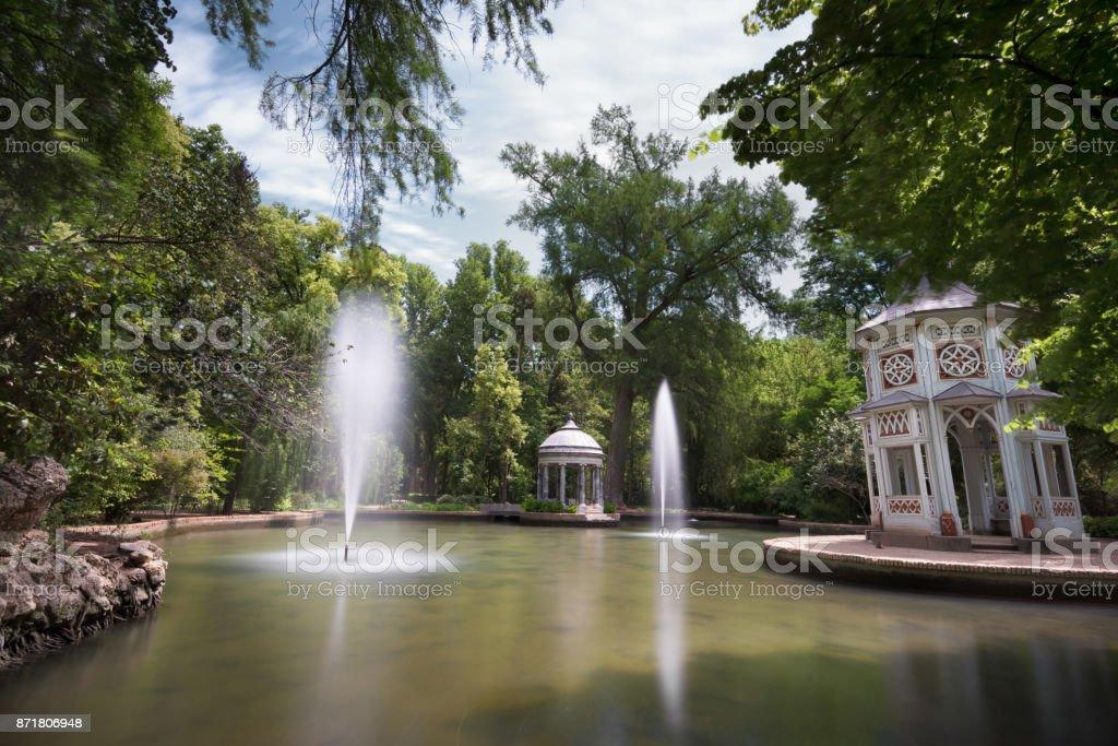 Chinesque estanque en los jardines públicos de Aranjuez, Madrid, España. - foto de stock