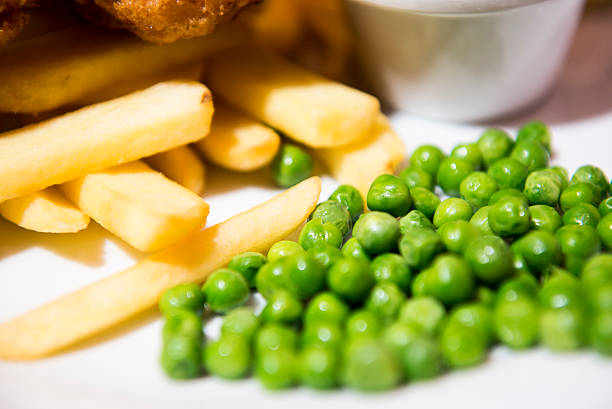 chips and peas, traditional side dish - englischer erbsen salat stock-fotos und bilder