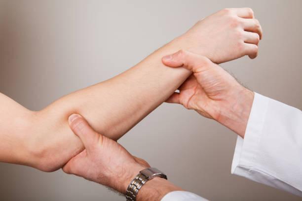 quiropractico, osteopatía, manual la terapia, acupressure. - medicina del deporte fotografías e imágenes de stock