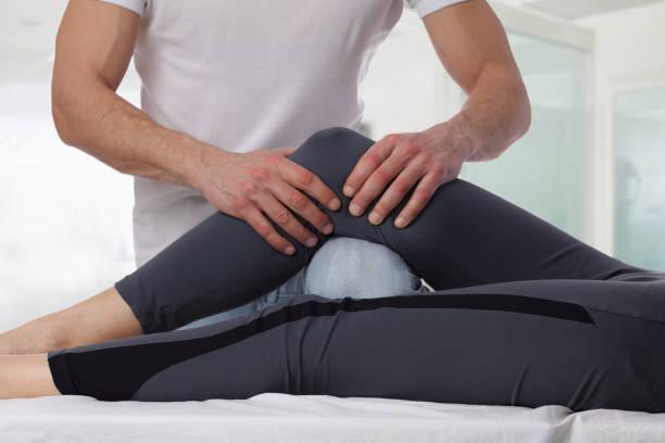 quiropráctica, osteopatía. terapeuta haciendo tratamiento curativo en la pierna de la mujer. rehabilitación de lesiones deportivas medicina alternativa, fisioterapia, - masaje deportivo fotografías e imágenes de stock
