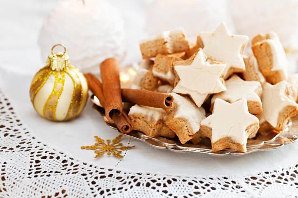 weihnachts-cookies - spitzenkekse stock-fotos und bilder