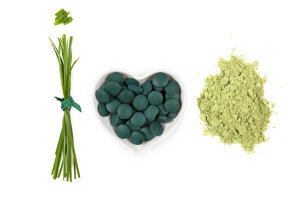 chlorella, espirulina y trigo candeal. - algas fondo blanco fotografías e imágenes de stock