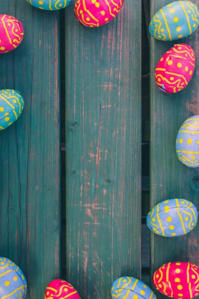 choclate eier, grüne bank, paasdecoratie, paas eitjes, osterhintergrund - osterhase zeichnen stock-fotos und bilder