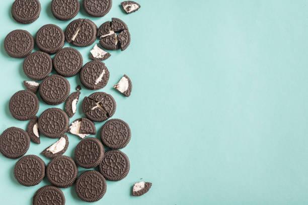 schokolade und creme sandwich-plätzchen - schokoladenplätzchen stock-fotos und bilder