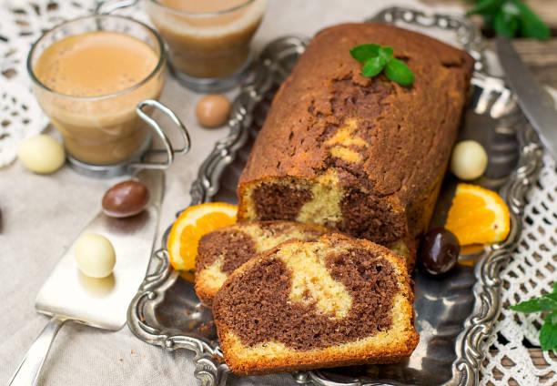 schoko-orangen-marmorkuchen mit kaffee zum dessert - schokoladen biskuitkuchen stock-fotos und bilder