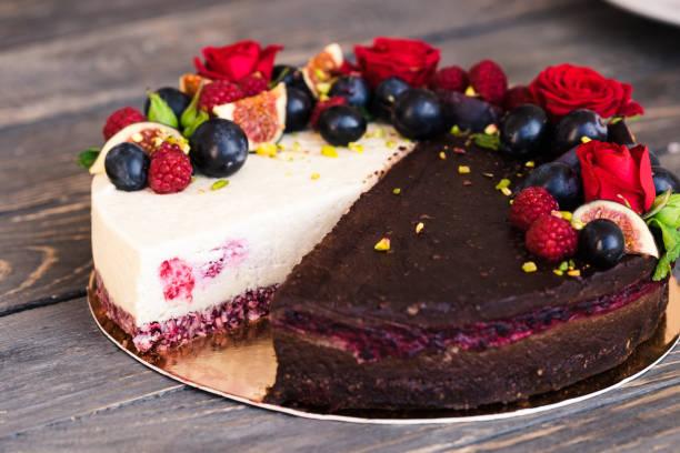 schokolade und vanille kuchen hälften in einem - paleo kuchen stock-fotos und bilder