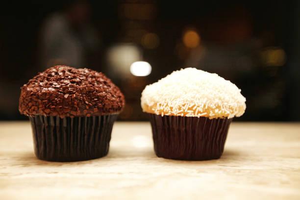 schokolade und vanille cupcakes - vanille muffins stock-fotos und bilder