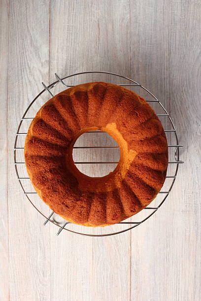 schokolade und vanille marble cake - löcherkuchen stock-fotos und bilder