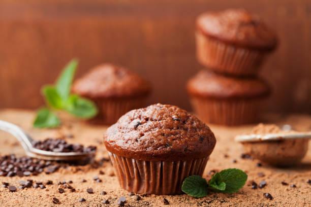 schoko-bananen-muffin auf holz vintage-hintergrund. vintage-stil. - cupcake türme stock-fotos und bilder