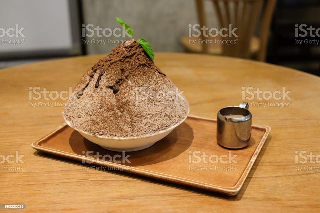 초콜릿 banoffee kakigori (일본 빙 디저트 맛 초콜릿 파우더) 또는 bingsu (한국 디저트) 초콜릿 소스와 함께 흰색 그릇에 제공 합니다. 스톡 사진