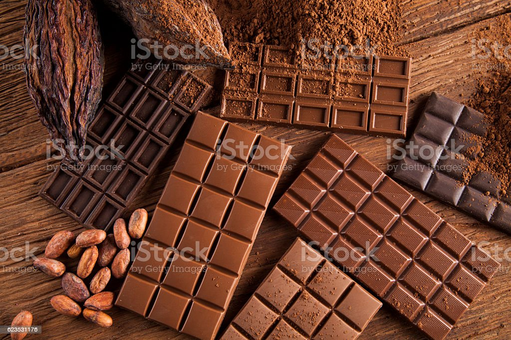 Chocolate bar, candy sweet, cacao beans and powder on wooden - foto de stock