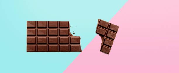 chocoladereep op gekleurde achtergrond - pure chocola stockfoto's en -beelden