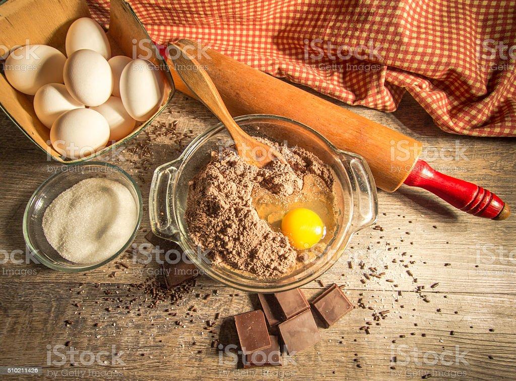 Massa de Chocolate, cercado por ingredientes frescos - foto de acervo