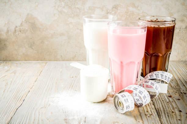 schokolade, beeren und vanille-protein-shakes - diät shakes stock-fotos und bilder