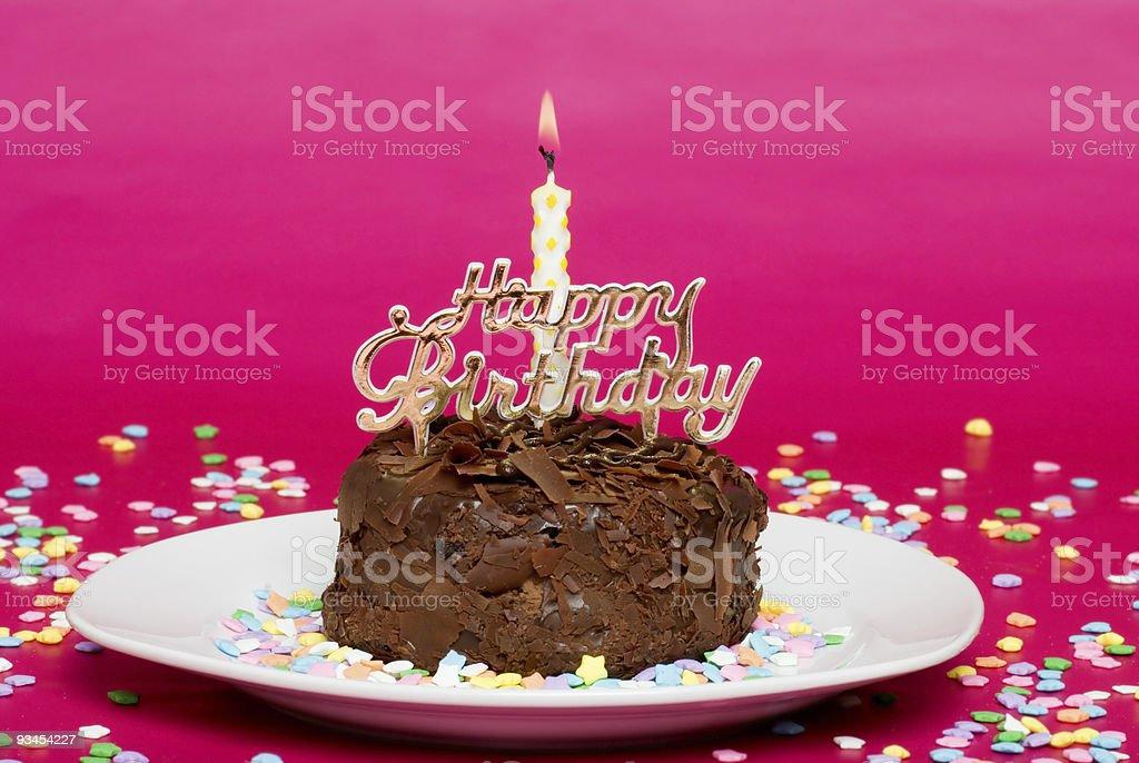 Schokoladen Geburtstagskuchen auf Rosa Fokus auf Kerze Lizenzfreies stock-foto