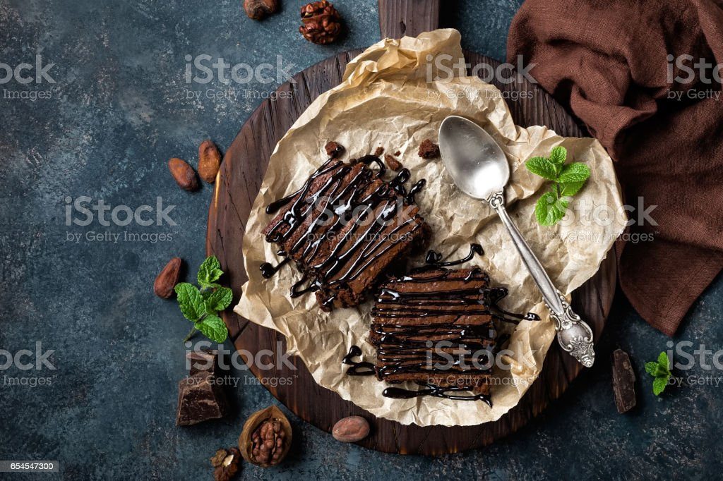 Chocolate brownie cake, dessert with nuts on dark background, directly above, flat lay - foto stock