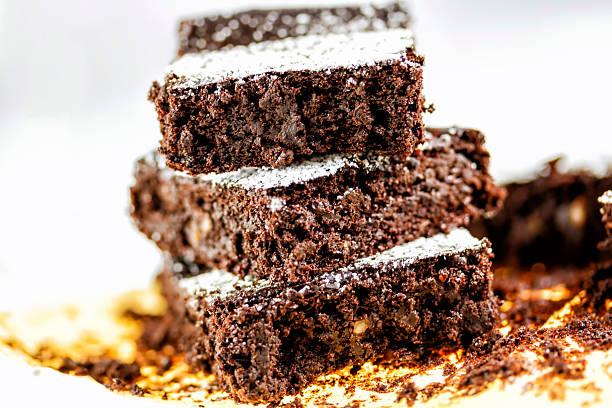chocolate brownie dessert - schokoladen zucchini brot stock-fotos und bilder