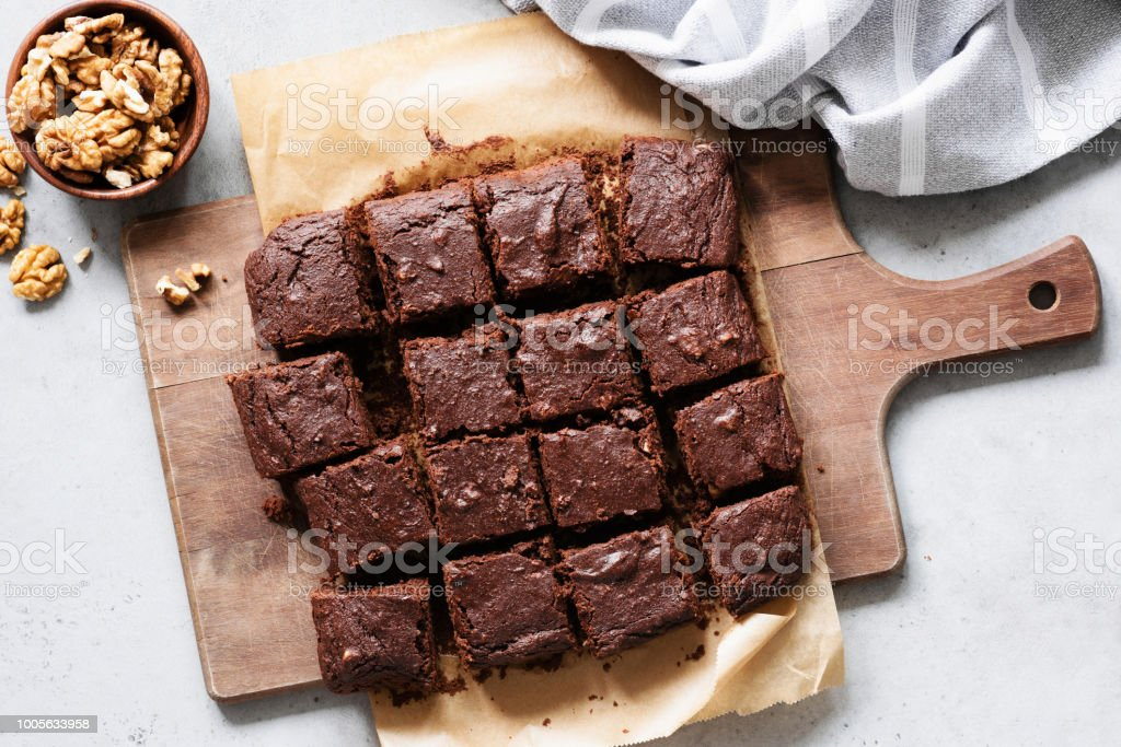 Chocolate brownie squares on cutting board, top view - foto stock