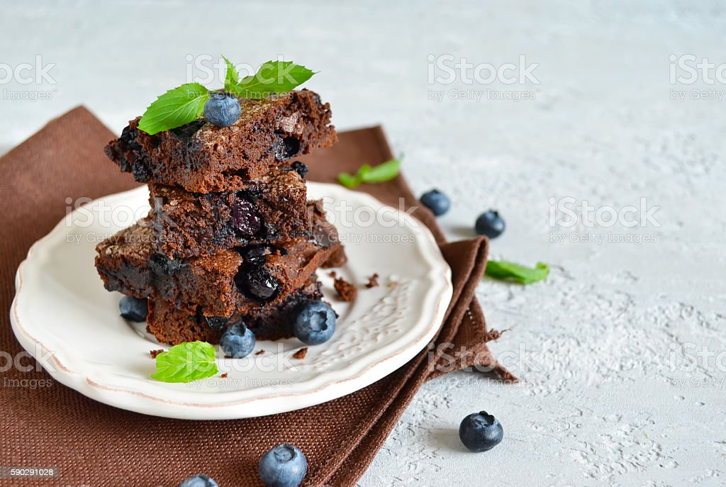 chocolate brownie with strawberries on a light background Стоковые фото Стоковая фотография