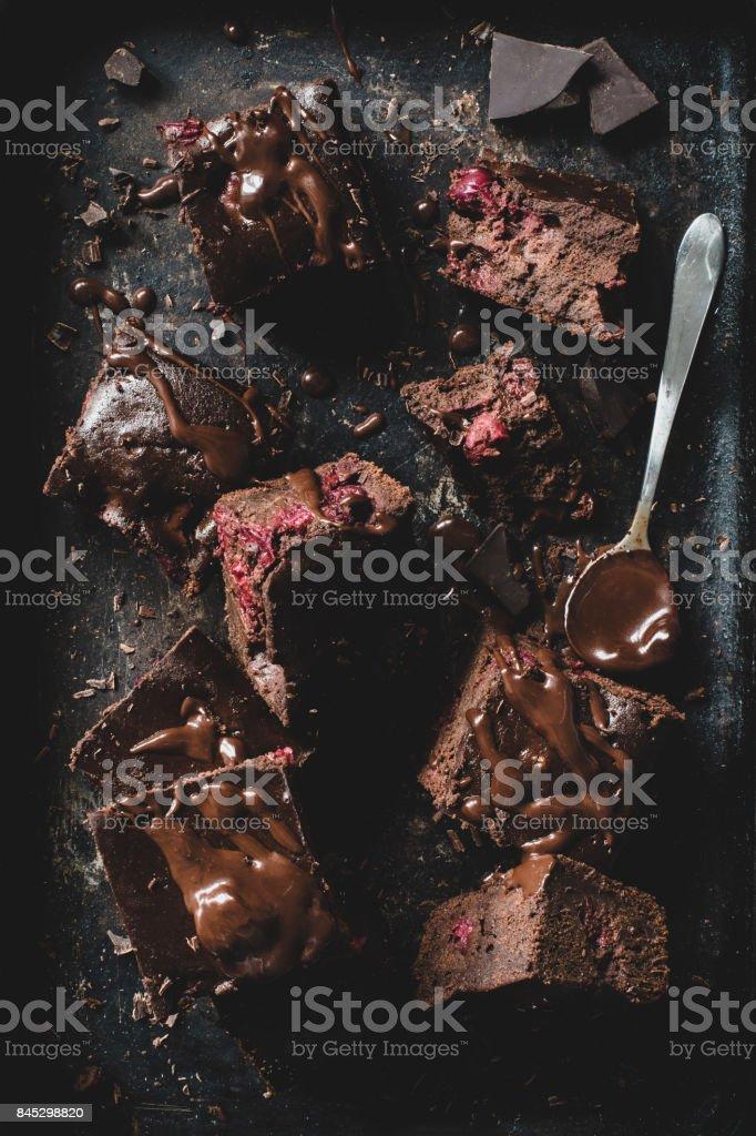 Brownies de chocolate sobre fondo oscuro - foto de stock