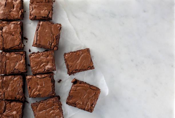 choklad brownies skott från ovan skivad kvadrat - brownie bildbanksfoton och bilder