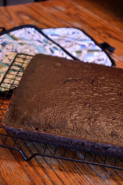schokoladenkuchen kühlung auf holztisch auf standardpreis - tarte und törtchen stock-fotos und bilder